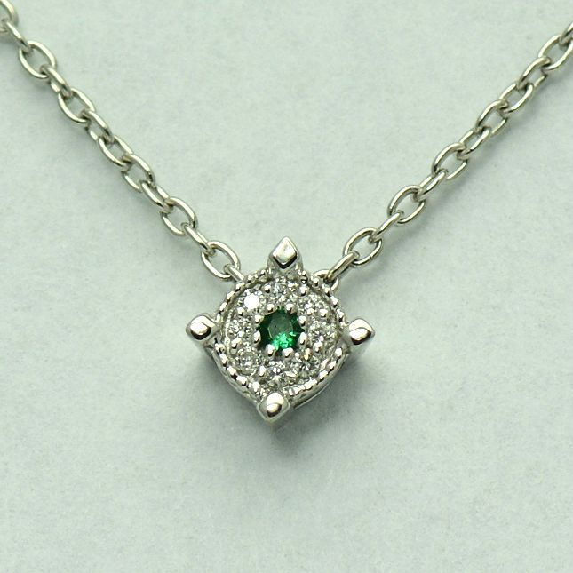 Lant cu pandantiv de aur alb de 18k cu smarald si diamante