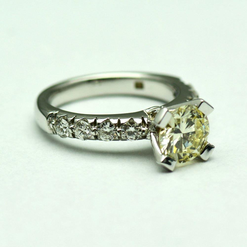 Inel cu diamante (taietura briliant)