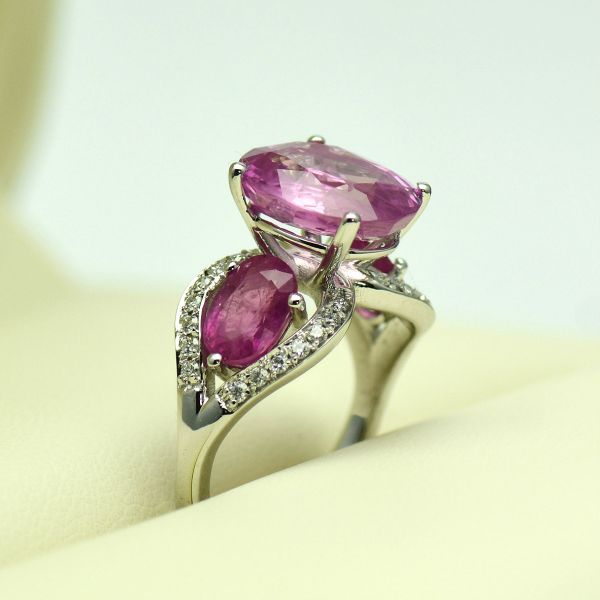 Inel din aur alb de 18k cu rubine si diamante